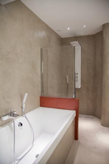 Rénovation et extension de maison avec sol en béton ciré et salle de bain avec mur et sol en béton ciré à Carquefou