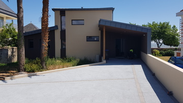 Construction de maison avec accès garage et parking en béton drainant à Saint Nazaire