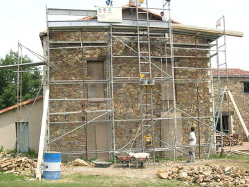 Maison avec façade en pierres