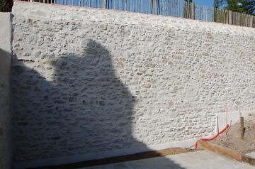 Mur de soutènement à la chaux avec enduit pierre vue à la chaux près de Nantes